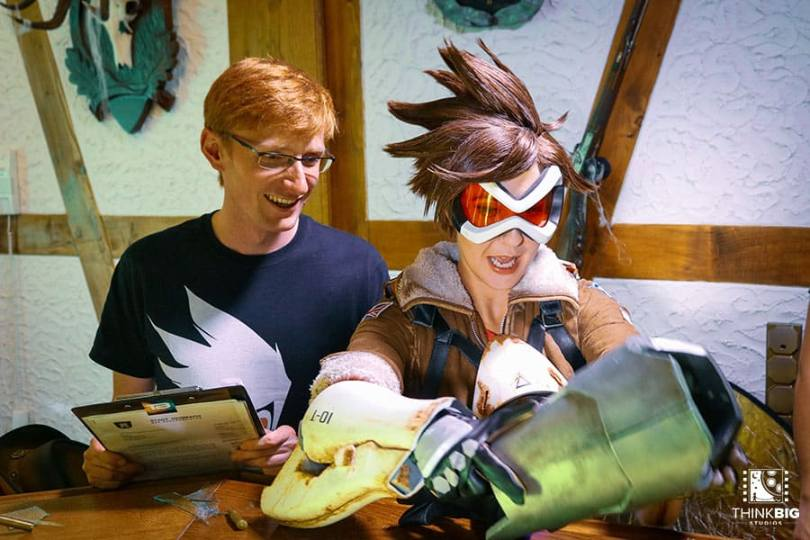 Actress Amy Nickell as Tracer and director Thomas Bernecker behind the scenes of the Overwatch movie Lion's Return